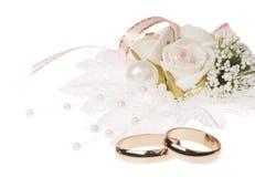 Anillos de bodas y accesorios foto de archivo
