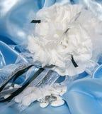 Anillos de bodas y accesorios en el papel Foto de archivo