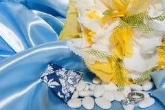 Anillos de bodas y accesorios en el papel Fotos de archivo