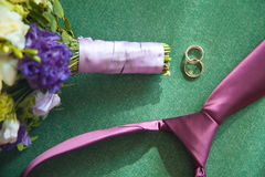 Anillos de bodas y accesorios en la tabla de madera blanca Fotografía de archivo