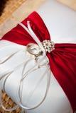 Anillos de bodas y almohada Fotografía de archivo