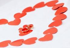 Anillos de bodas y corazones del oro. imagen de archivo libre de regalías