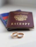 Anillos de bodas y el pasaporte de Rusia Foto de archivo libre de regalías