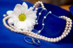 Anillos de bodas y flor Imagenes de archivo