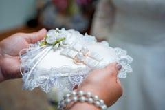 Anillos de bodas y flor Fotos de archivo