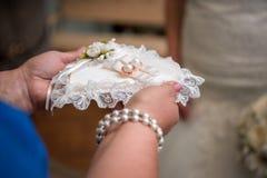 Anillos de bodas y flor Imagen de archivo libre de regalías