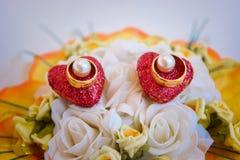 Anillos de bodas y flor Imagen de archivo