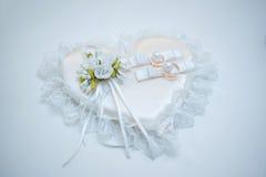 Anillos de bodas y flor Foto de archivo libre de regalías