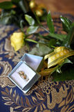 Anillos de bodas y flores Fotos de archivo libres de regalías