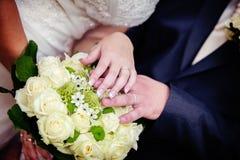 Anillos de bodas y flores imágenes de archivo libres de regalías