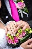Anillos de bodas y flores fotografía de archivo libre de regalías
