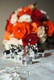 Anillos de bodas y flores Imagen de archivo libre de regalías