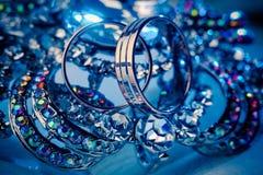 Anillos de bodas y joyería, macro Imagenes de archivo