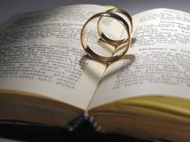 Anillos de bodas y libro Imágenes de archivo libres de regalías