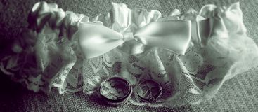 Anillos de bodas y liga Fotos de archivo libres de regalías