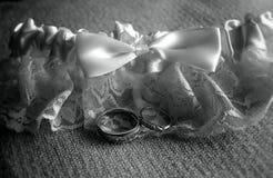 Anillos de bodas y liga Fotos de archivo