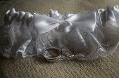 Anillos de bodas y liga Fotografía de archivo libre de regalías