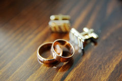 Anillos de bodas y mancuernas Foto de archivo libre de regalías