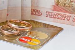 Anillos de bodas y oro de Mastercard Imagenes de archivo