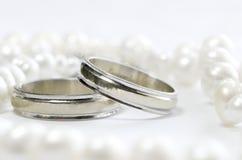 Anillos de bodas y perlas Foto de archivo libre de regalías