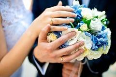 Anillos de bodas y ramo Imagen de archivo libre de regalías