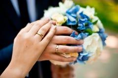 Anillos de bodas y ramo Imágenes de archivo libres de regalías