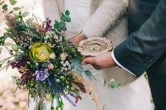 Anillos de bodas y ramo Fotografía de archivo