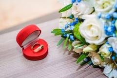 Anillos de bodas y ramo nupcial foto de archivo libre de regalías