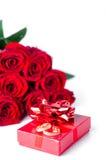 Anillos de bodas y rosa del oro aislados Imagen de archivo libre de regalías
