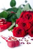 Anillos de bodas y rosa del oro aislados Fotografía de archivo libre de regalías