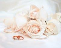 Anillos de bodas y rosas Imagen de archivo libre de regalías