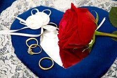 Anillos de bodas y rosas Fotos de archivo libres de regalías