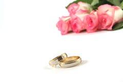 Anillos de bodas y rosas Foto de archivo libre de regalías