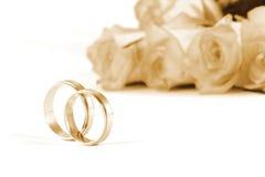 Anillos de bodas y rosas Imagenes de archivo