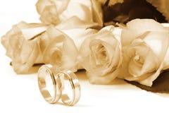Anillos de bodas y rosas Imagen de archivo