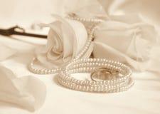 Anillos de bodas y rosas como fondo de la boda En la sepia entonada r Imagen de archivo
