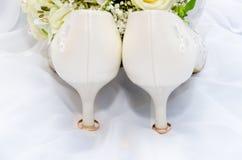 Anillos de bodas y sandalia del tacón alto Foto de archivo libre de regalías