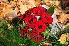 Anillos de bodas y un manojo de flor Imágenes de archivo libres de regalías