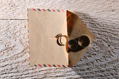 Anillos de bodas y un sobre Imágenes de archivo libres de regalías