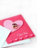 Anillos de bodas y una tarjeta del amor Imágenes de archivo libres de regalías