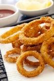 Anillos de cebolla fritos con la salsa de tomate y el limón Foto de archivo libre de regalías