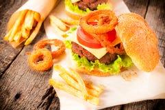Anillos de cebolla y hamburguesa Imágenes de archivo libres de regalías