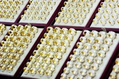 Anillos de compromiso del oro Imagen de archivo libre de regalías