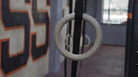 Anillos de Crossfit que cuelgan en el gimnasio almacen de video