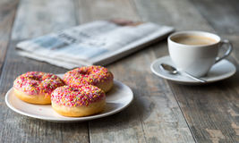 Anillos de espuma, café y periódico Imagenes de archivo