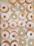 Anillos de espuma cocidos frescos en la tienda Fotografía de archivo