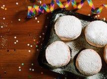 Anillos de espuma del carnaval en la bandeja con el azúcar en polvo Imágenes de archivo libres de regalías