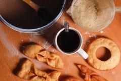 Anillos de espuma deliciosos y un café sólo en la tabla fotografía de archivo libre de regalías