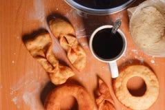 Anillos de espuma deliciosos y un café sólo en la tabla foto de archivo libre de regalías
