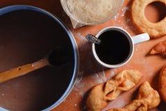 Anillos de espuma deliciosos y un café sólo en la tabla foto de archivo